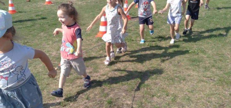 Wakacyjny tor przeszkód dla dzieci
